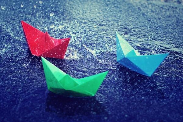 Barcos de papel bajo la lluvia