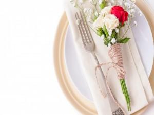 Ramito de rosas sobre un plato