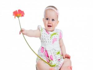 Una niña y una flor