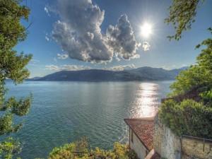 Postal: El sol y las nubes sobre el lago Maggiore