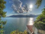 El sol y las nubes sobre el lago Maggiore
