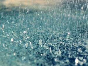 Gotas de lluvia chocan en el suelo