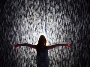 Joven y una cortina de lluvia