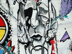 Postal: Manos sobre la cara, arte urbano
