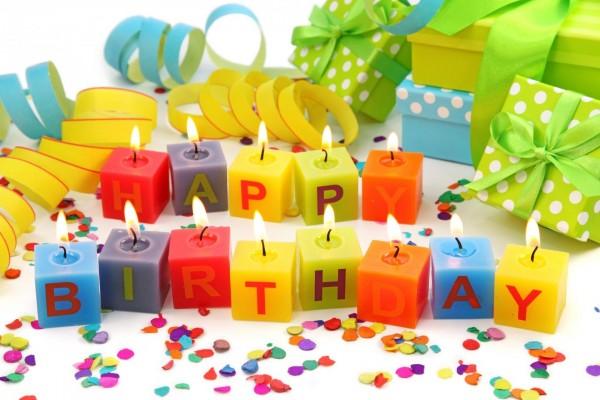 Feliz cumpleaños, con velas cuadradas