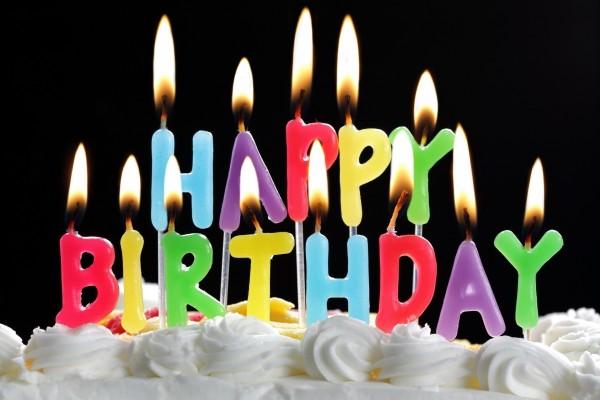 Velas de Feliz Cumpleaños, sobre la tarta
