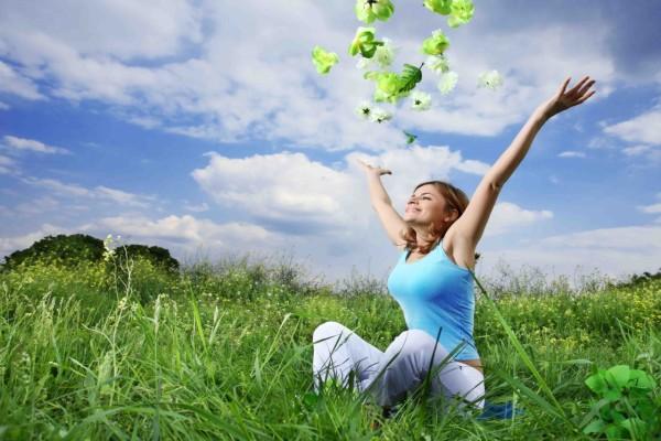 Una mujer feliz en la naturaleza