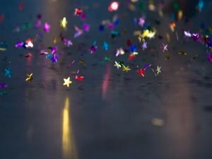 Las estrellas de colores caen al suelo