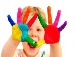 Niño con las manos pintadas