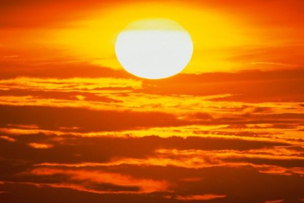 El sol en lo alto del cielo