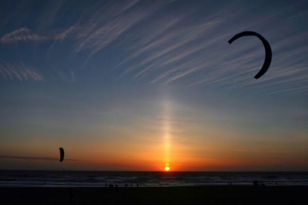 Kitesurf en la playa al atardecer