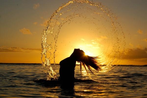 Mujer formando una espiral de agua