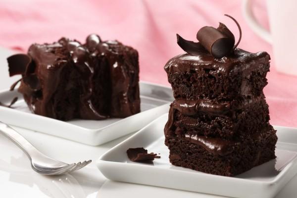 Un tentador pastel de chocolate