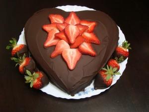 Tarta corazón de chocolate y fresas