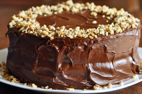 Tarta con frosting de chocolate y nueces picadas