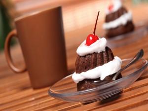 Pastel de chocolate, nata y guinda