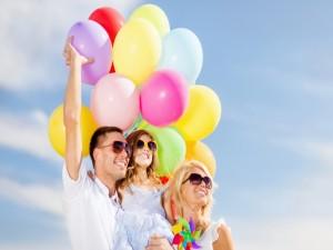 Familia feliz con globos de colores