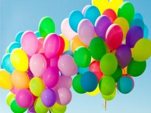 Globos coloridos por el cielo