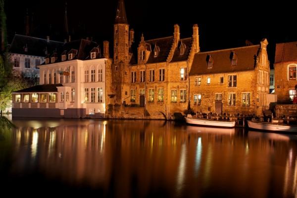 La noche en un canal de Brujas (Bélgica)