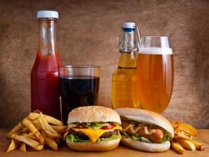 Perrito caliente, hamburguesa, patatas y bebidas