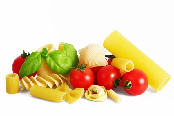 Pasta seca, tomates y albahaca