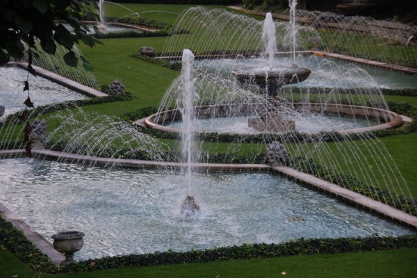 Varias fuentes con chorros de agua