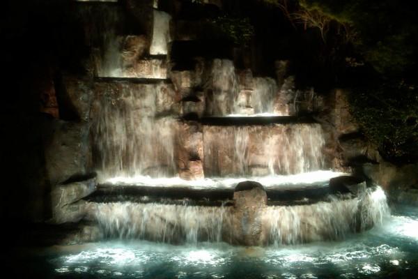 Fuente en cascada iluminada