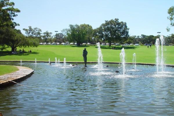 Fuente con una estatua en el parque