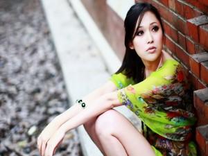 Una joven sentada en la calle