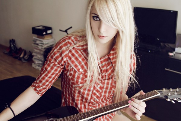 Joven con una guitarra