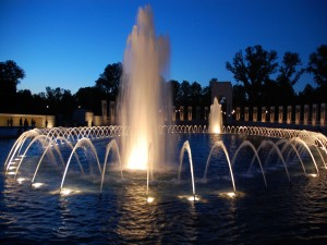 Gran fuente iluminada en la noche