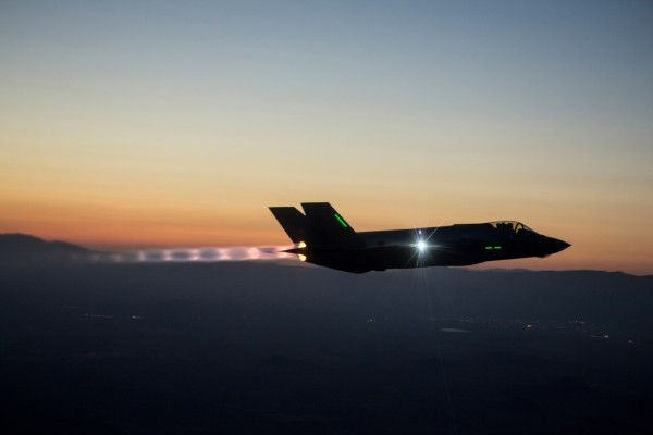 Un F-35 volando al anochecer