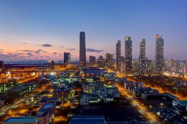 Vista de la gran ciudad al anochecer