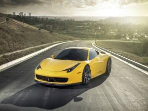 Un ferrari amarillo parado en la carretera