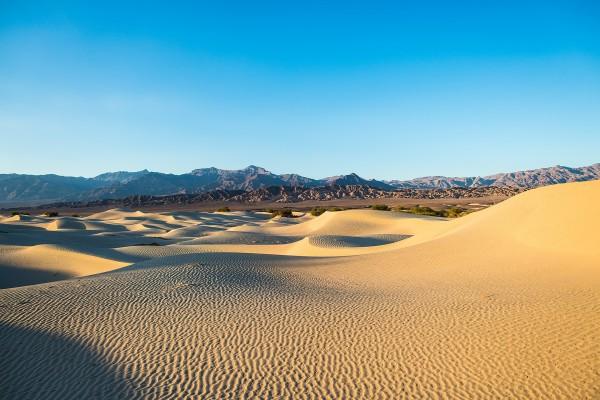 La luz del sol sobre las arenas del desierto