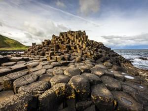 Postal: Torre de piedras junto al mar