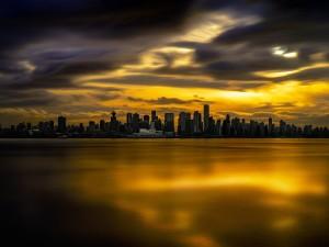 Cielo dorado reflejado en el agua