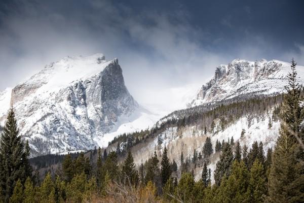 Montañas rocosas cubiertas de nieve