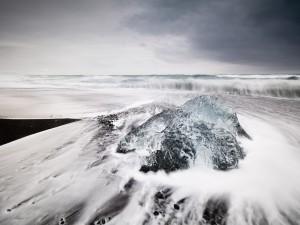 Bloque de hielo en la playa Jökulsárlón (Islandia)