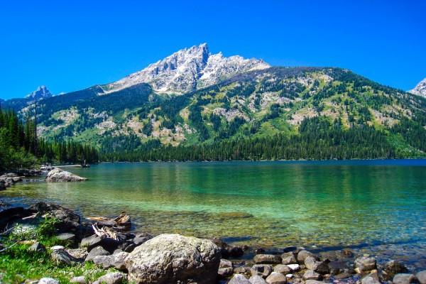 Bonito lago junto a las montañas