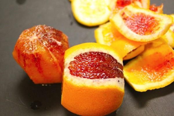 Naranja sanguina a medio pelar