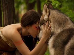 Mujer junto a un gran lobo
