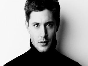 El actor Jensen Ackles en blanco y negro