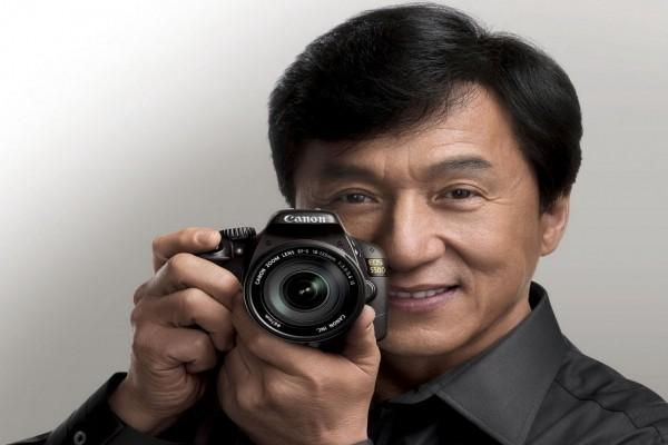 El actor Jackie Chan con una cámara de fotos