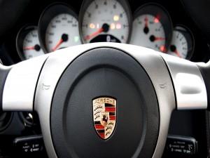 El volante de un Porsche