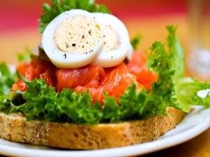 Sándwich de salmón y huevo duro