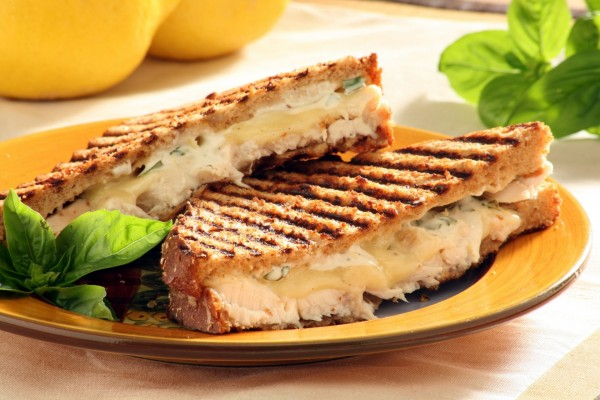 Sándwich con queso y pescado