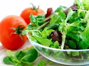 Postal: Ensalada de hojas verdes y tomates