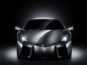 Postal: Un coche deportivo con las luces encendidas