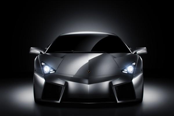Un coche deportivo con las luces encendidas